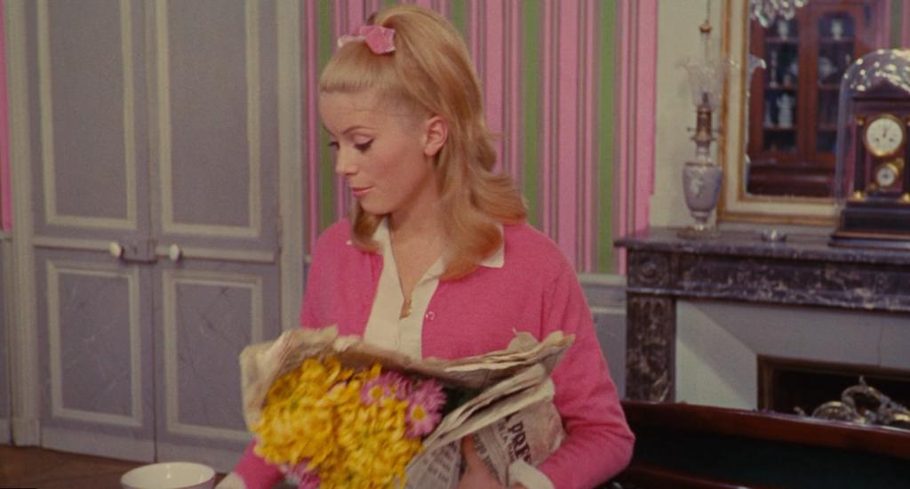 Genevieve con bouquet di fiori