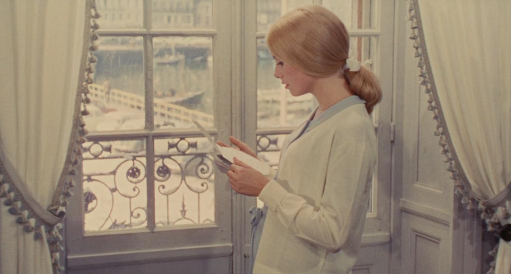 Genevieve incinta alla finestra