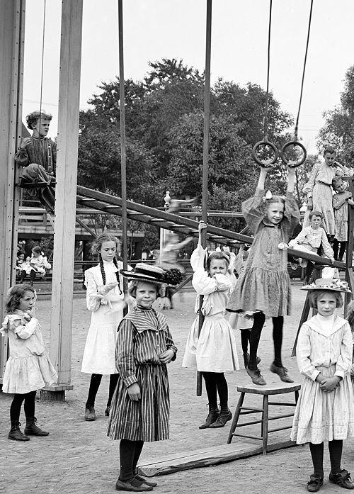 Bambine al parco giochi 1905